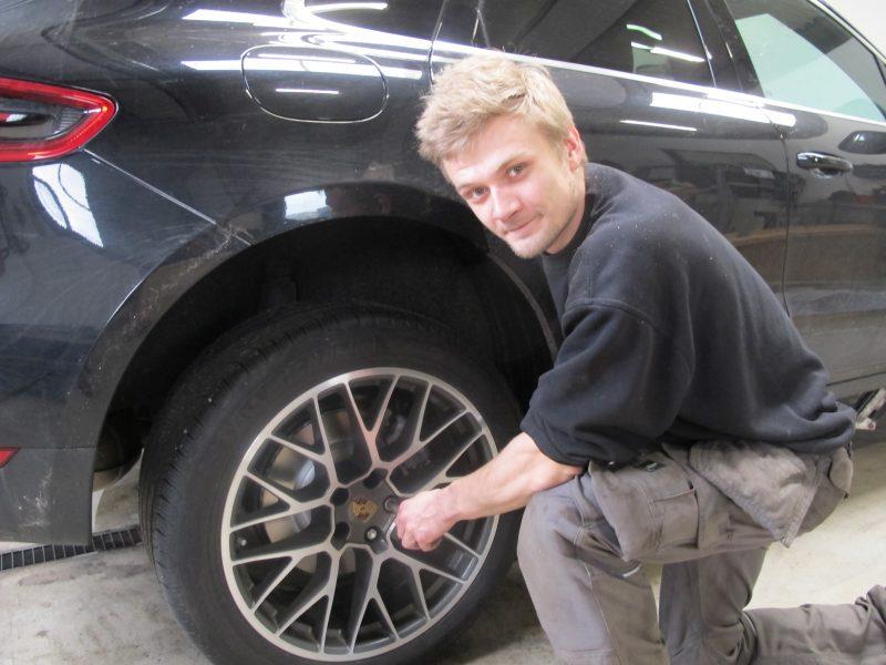 Automekatiker der kan reparere biler og elektronisk udstyr